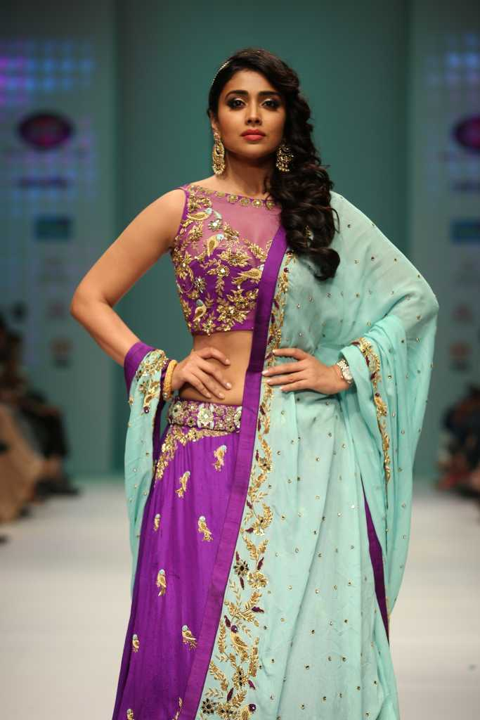 shriya-Saran-walked-the-ramp-for-Designer-Architha-Narayanam