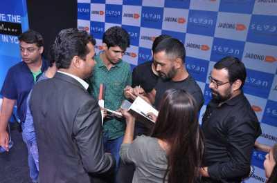 Dhoni meeting the winners